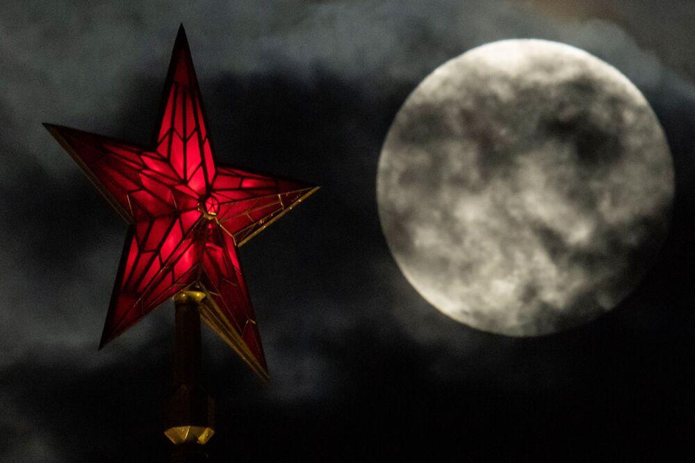 A Superlua vista no céu sobre Moscou
