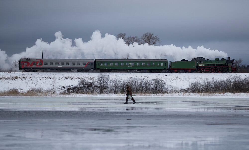 Locomotiva a vapor passa diante da cidade de Ostashkov, na região russa de Tver
