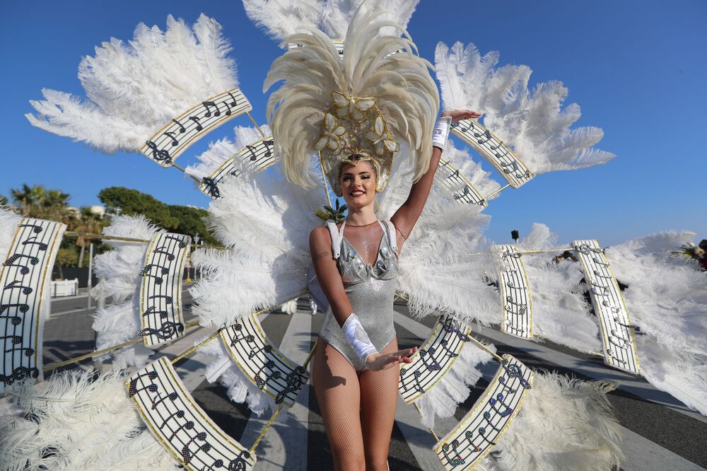 Uma participante do carnaval em Nice, França