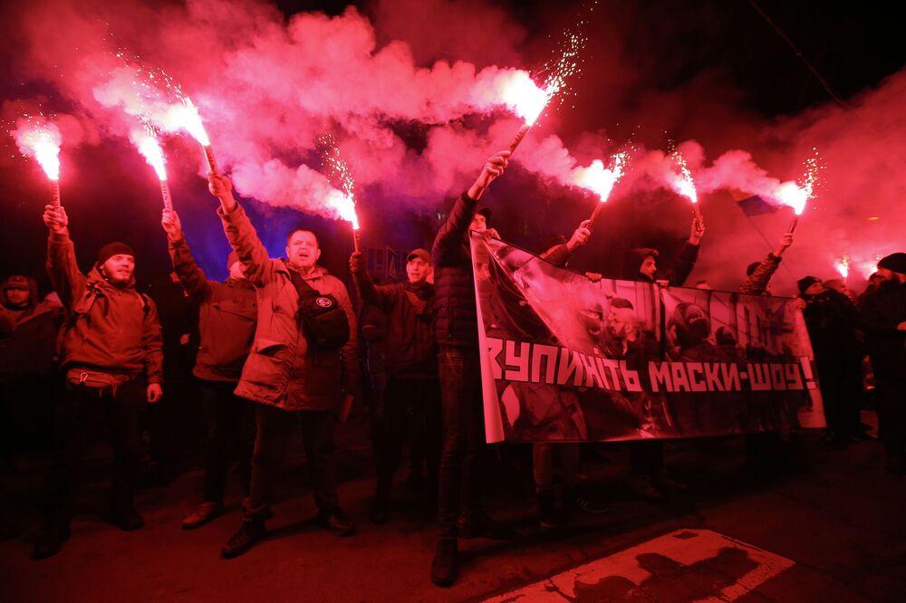 Participantes de ação contra a arbitrariedade da polícia se juntam perto do edifício do Ministério dos Assuntos Internos em Kiev