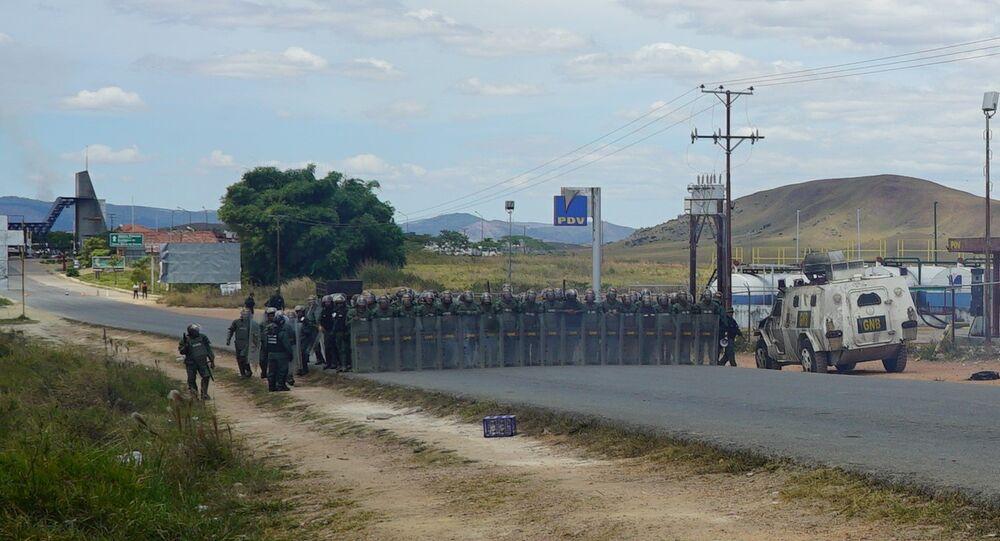 Soldados venezuelanos na fronteira com o Brasil