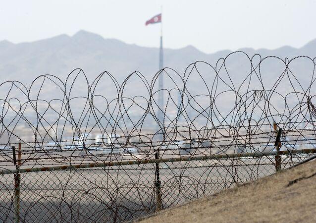 Bandeira da Coreia do Norte próxima da Zona Desmilitarizada (DMZ)