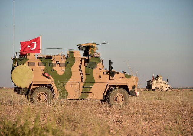 Tropas turcas e norte-americanas realizam patrulhas conjuntas em torno da cidade síria de Manbij, em 1º de novembro de 2018 (imagem referencial)