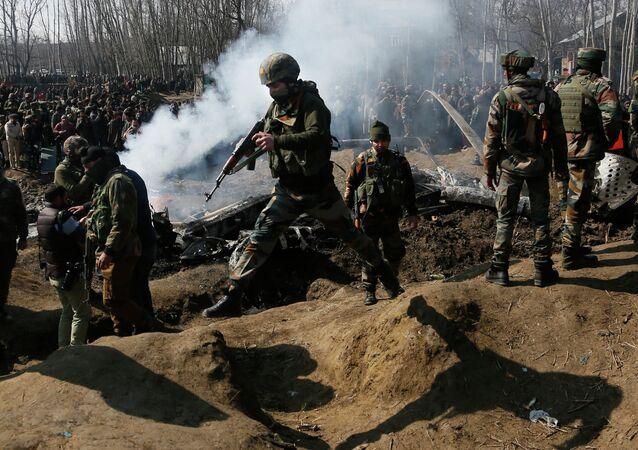 Militares indianos perto do local de queda do caça indiano, 27 de fevereiro (imagem referencial)