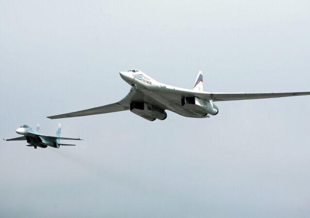 Bombardeiros russos Tu-160 durante patrulhamento aéreo