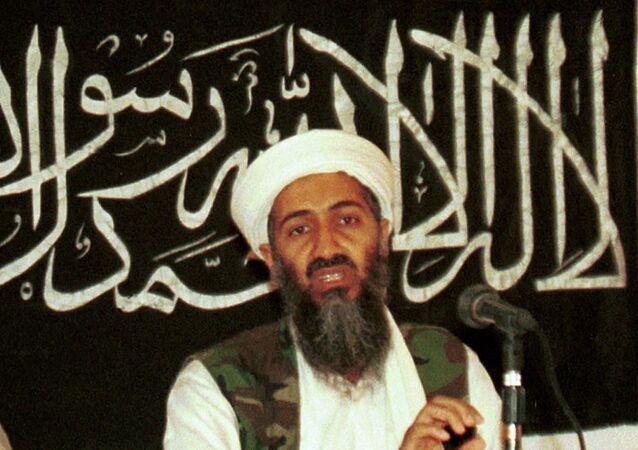 Osama bin Laden falando com jornalista em Khost, Afeganistão (foto de arquivo)