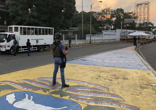 Militar venezuelano em posição, na ponte Simón Bolívar, que conecta a Venezuela com a Colômbia, na fronteira da cidade de San Antonio del Táchira. No dia 24 de fevereiro, apoiadores da oposição venezuelana tentaram atravessar a ponte ilegalmente, lançando pedras e coquetéis molotov contra os militares