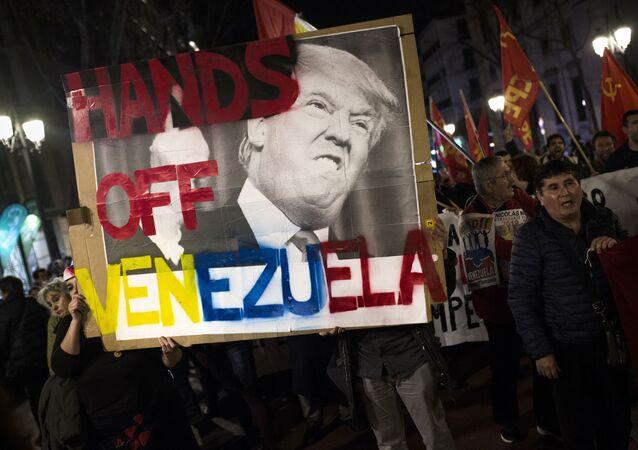 Manifestantes em Madri segurando cartaz em apoio ao presidente legitimo da Venezuela, Nicolás Maduro