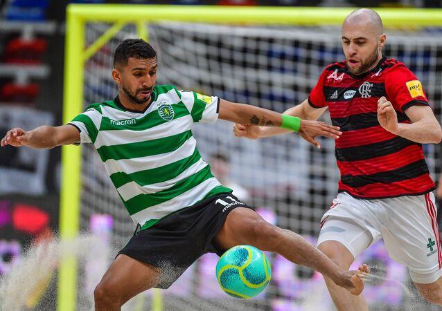 Jogador do Sporting, José Lucas da Cruz de Oliveira, e o jogador do Flamengo Sergei Stepliani durante uma partida do Mundialito de Clubes de Futebol de Areia 2019 em Moscou