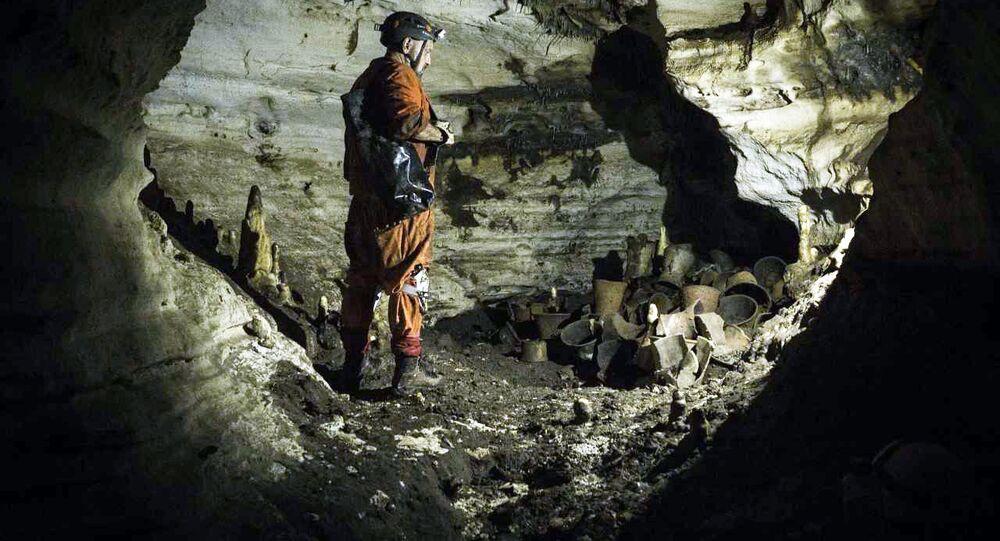 Arqueólogo Guillermo de Anda na caverna Balamkú (imagem referencial)