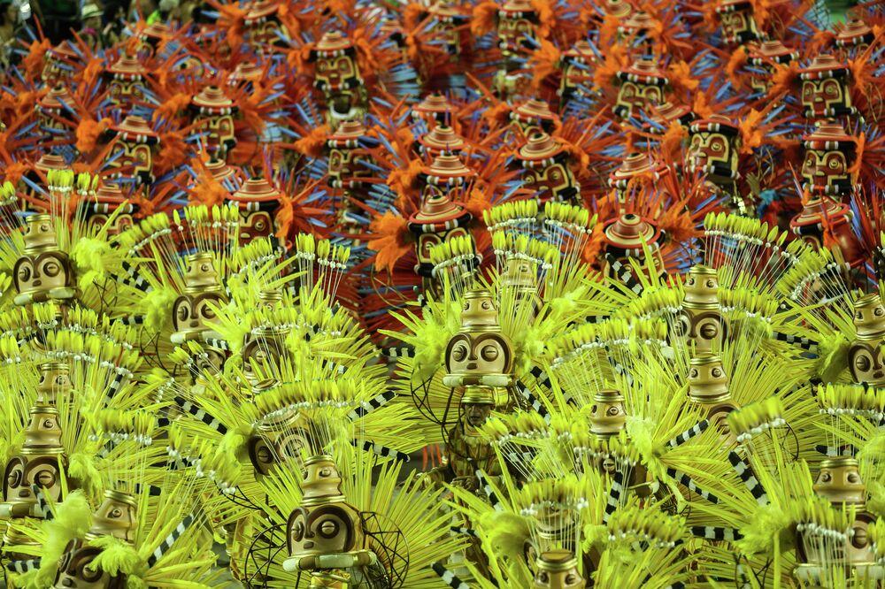 Desfile da Mangueira no 2º dia das escolas de samba na Sapucaí