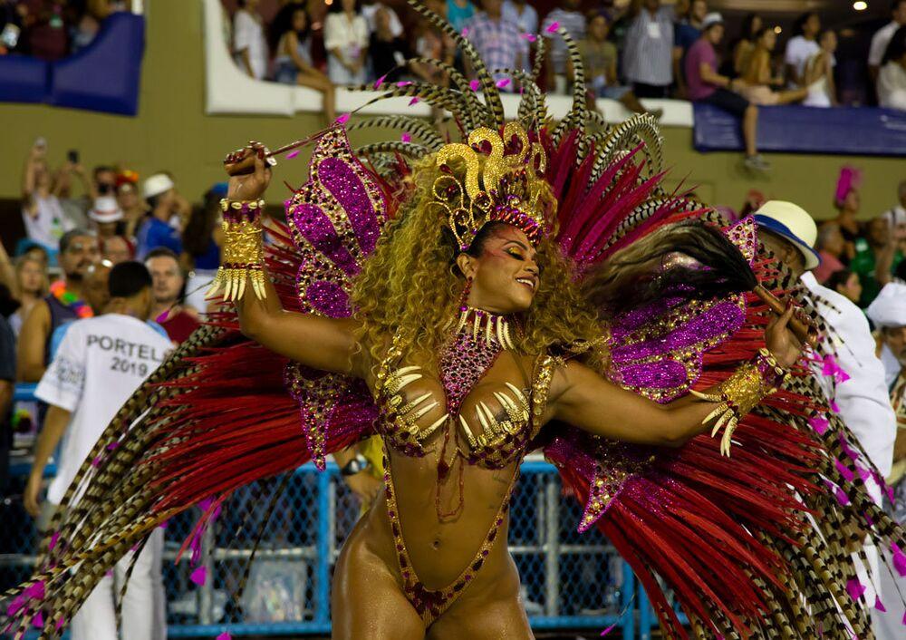 Passista da Portela durante o 2º de desfiles das escolas de samba