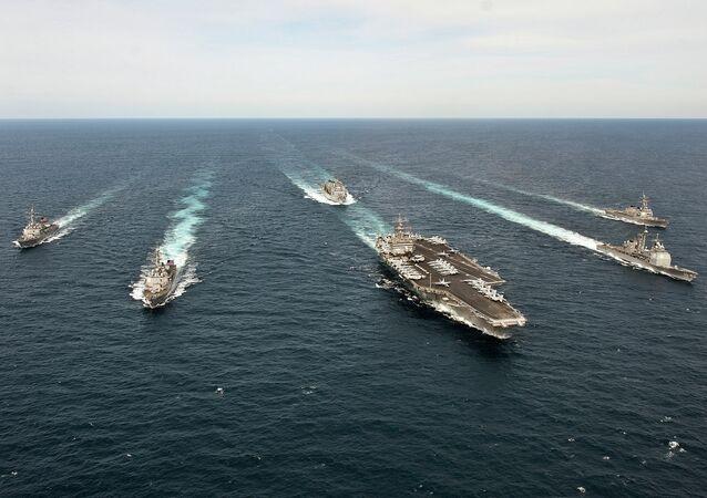Enterprise Carrier Strike Group transita pelo Oceano Atlântico.