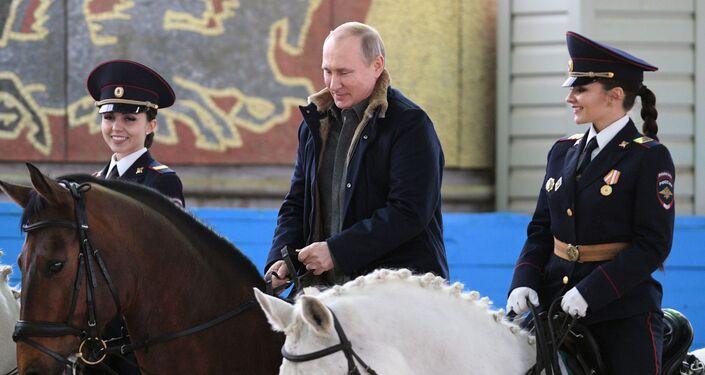 Vladimir Putin, presidente da Rússia, andando a cavalo durante visita ao primeiro regimento operacional de polícia de Moscou (Rússia), em 7 de março de 2019