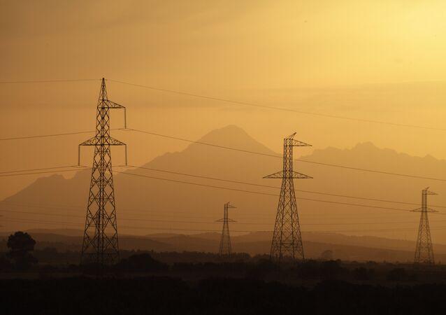 Linhas de transmissão de energia elétrica.