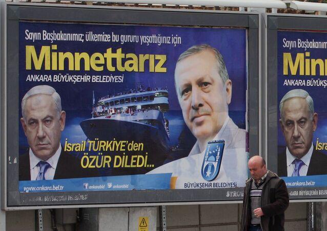 Cartaz com fotos do primeiro-ministro israelense Benjamin Netanyahu e do presidente turco Recep Tayyip Erdogan, em Ancara, Turquia