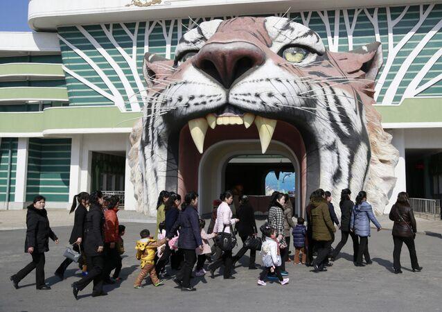 Entrada no jardim zoológico central de Pyongyang