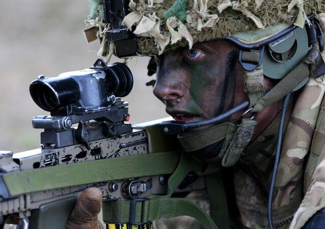 Soldado britânico em exercícios militares da OTAN no leste da Europa em 21 de abril de 2015