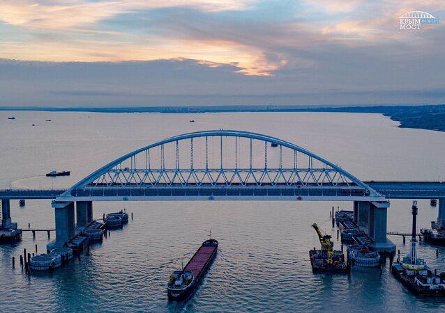 Ponte da Crimeia através do estreito de Kerch, que liga a península da Crimeia à região de Krasnodar, na Rússia