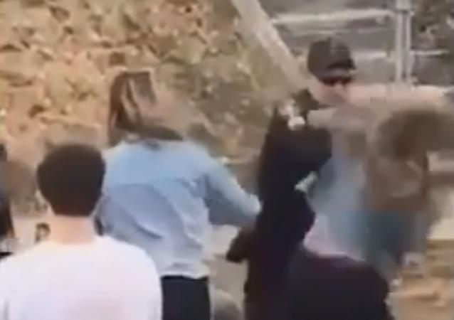 Policial é flagrado batendo com arma de choque em rosto de mulher na Pensilvânia, EUA