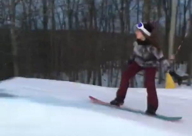 Garota praticando snowboarding
