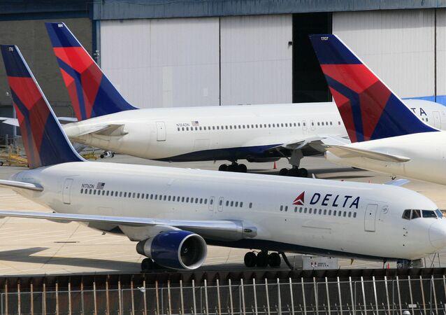 Aviões da Delta Air Lines no Aeroporto Internacional do John F. Kennedy