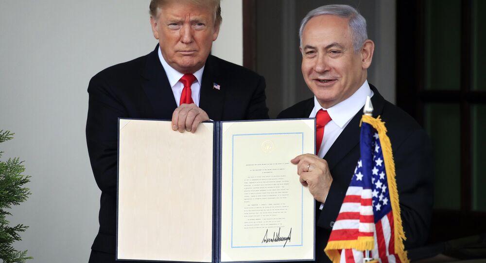 Presidente dos EUA, Donald Trump, ao lado do primeiro-ministro israelense Benjamin Netanyahu após a assinatura do documento que reconhece a soberania de Israel sobre as Colinas de Golã