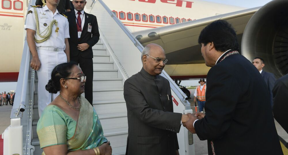 O presidente da índia, Ram Nath Kovind, desembarca na Bolívia e é recebido pelo seu homólogo boliviano Evo Morales.