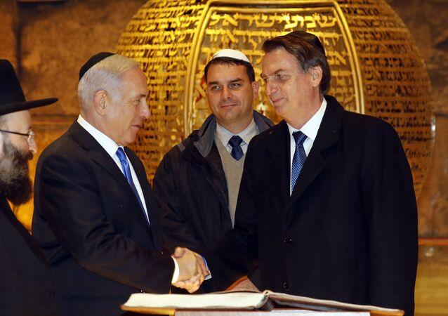 O presidente brasileiro, Jair Bolsonaro, e o primeiro-ministro israelense, Benjamin Netanyahu, durante uma visita a uma sinagoga em Israel.