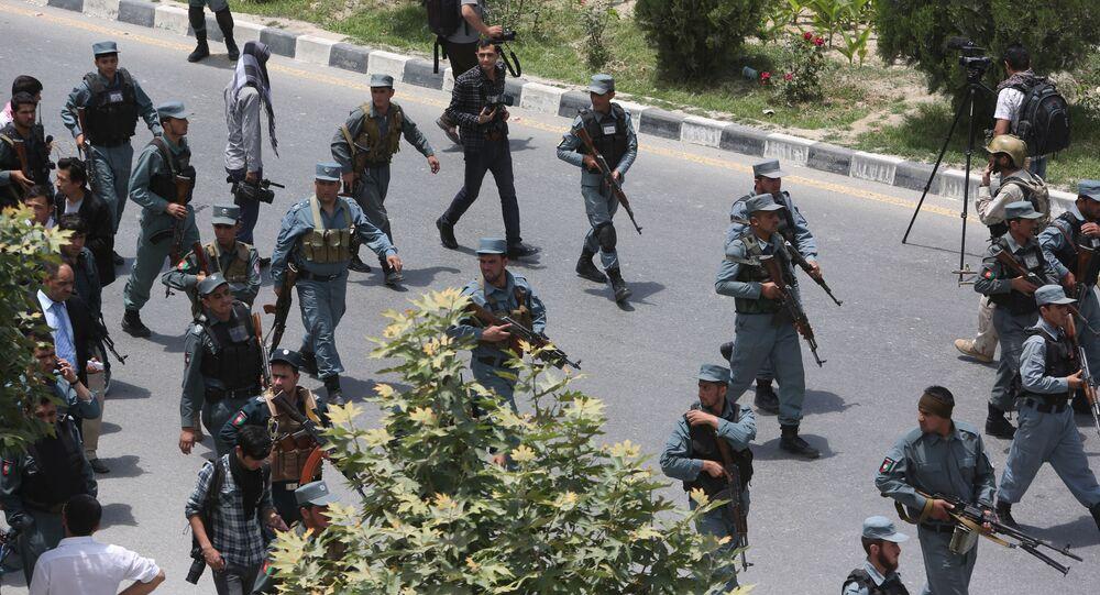 Forças de segurança afegãs patrulham território após explosão ao lado do parlamento em Cabul