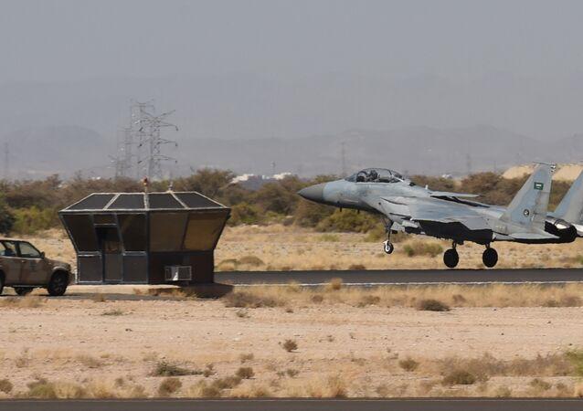 Um avião de caça saudita F-15 pousando na base aérea militar de Khamis Mushayt, a cerca de 880 quilômetros da capital Riade.