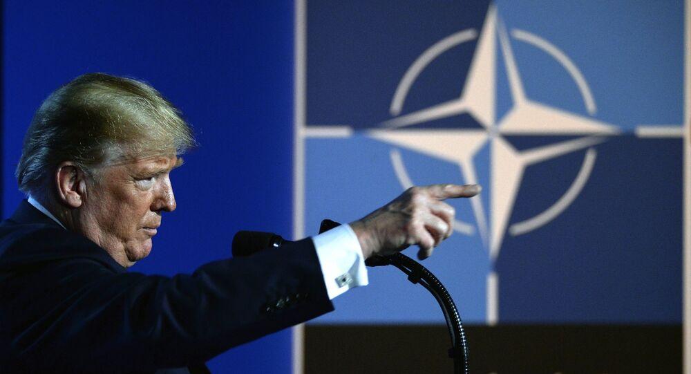 Presidente dos EUA, Donald Trump em frente à logo da OTAN