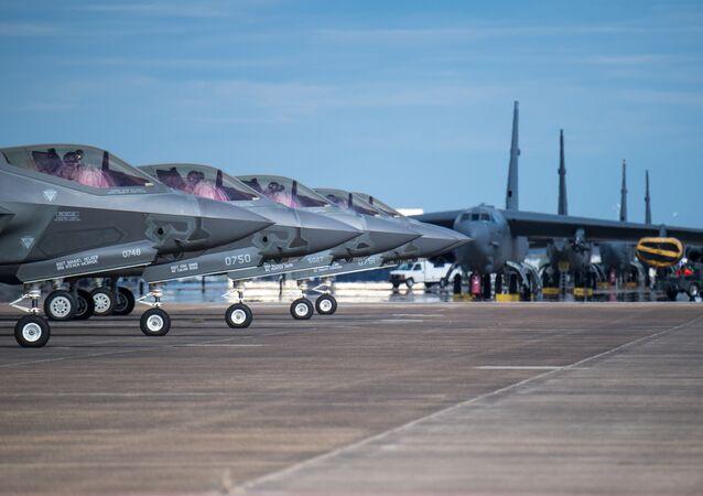 Caças F-35 Lightning preparando-se para decolar da base da Força Aérea de Barksdale, EUA, 12 de outubro de 2018