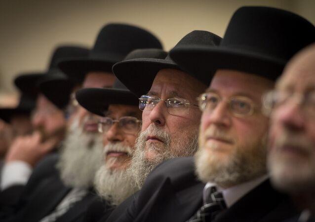 Rabinos e membros da comunidade judaica ortodoxa participam da posse do rabino-chefe Ephraim Mirvis no norte de Londres (arquivo)