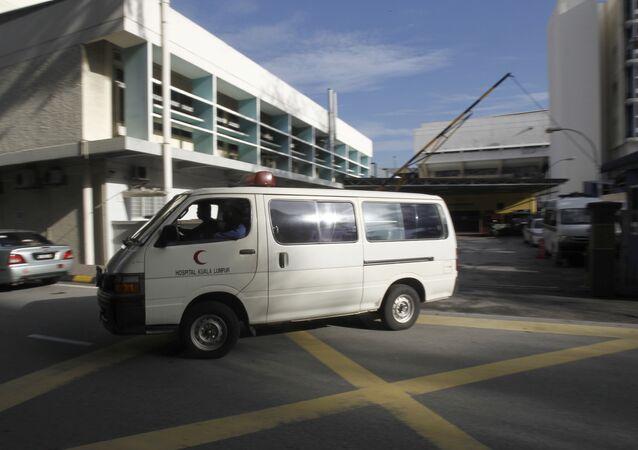 Van deixando o Hospital de Kuala Lumpur, na Malásia (arquivo)
