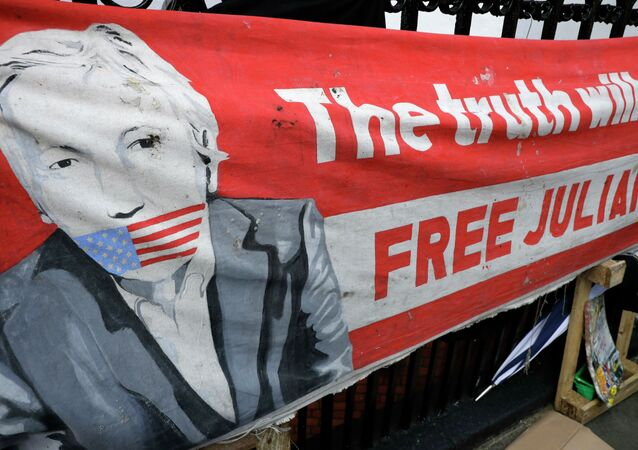 Cartaz em prol de Juan Assange ao lado da embaixada equatoriana, 11 de abril de 2019