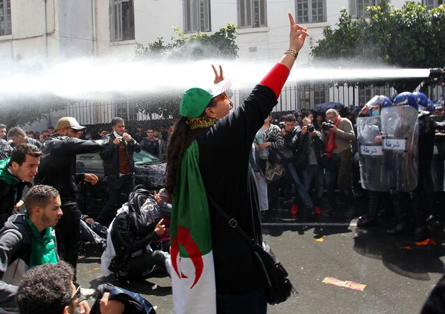 Manifestantes na capital da Argélia