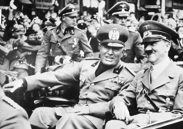 Foto de arquivo datada de 28 de setembro de 1938 mostra o ditador italiano Benito Mussolini, à esquerda, e o líder nazista Adolf Hitler, à direita, tirada pouco antes da assinatura do Acordo de Munique, Alemanha.