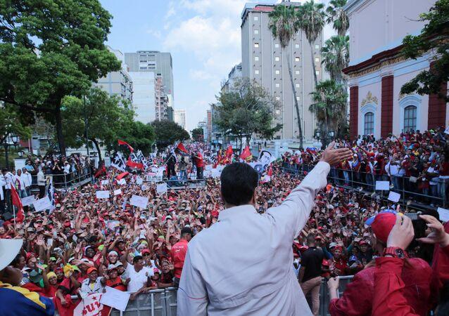 Presidente venezuelano, Nicolás Maduro, na frente de apoiadores, 6 de abril de 2019