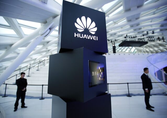 Equipe de segurança próximo a logo da Huawei durante lançamento do MateBook em Pequim.