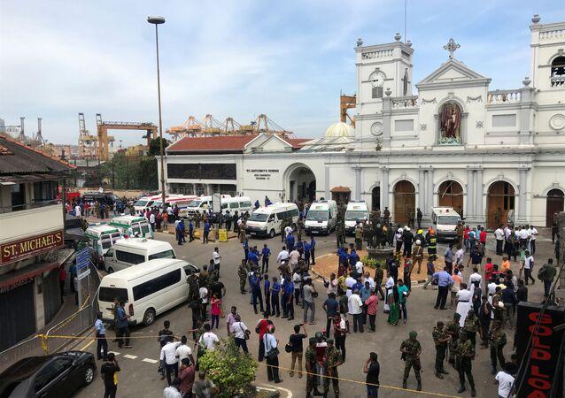 Militares perto da igreja de Santo Antônio de Kochchikade em Colombo, Sri Lanka