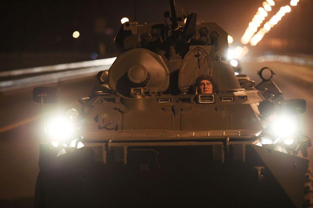 Militares transferem carros blindados para Moscou