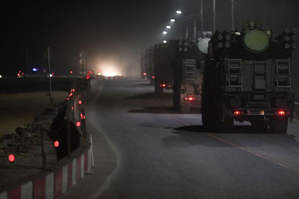 Estrada perto de Moscou projetada especialmente para a transferência de material bélico que vai participar do desfile militar em 9 de maio