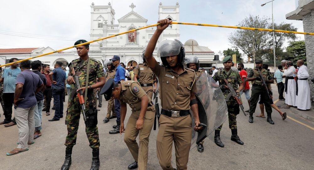 Militares do Sri Lanka ficam de guarda em frente ao Santuário de Santo Antônio, igreja de Kochchikade, após uma explosão em Colombo, Sri Lanka, 21 de abril de 2019
