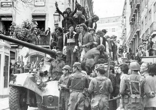 Povo e militares em Lisboa