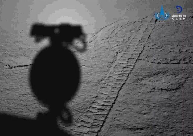 Sombra da sonda chinesa Yutu-2 na superfície da Lua