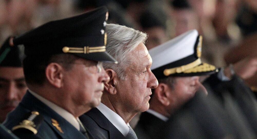O presidente do México, Andrés Manuel López Obrador, no centro da foto, durante festividade do Dia do Exército.