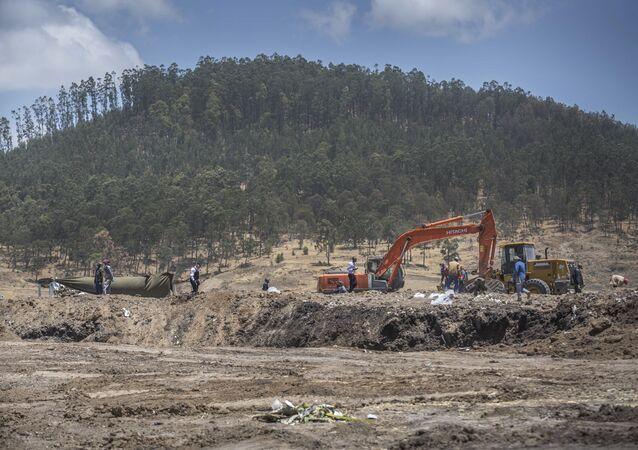 O trabalho de recuperação continua no local onde o Boeing 737 Max 8 da Ethiopian Airlines caiu logo após a decolagem.