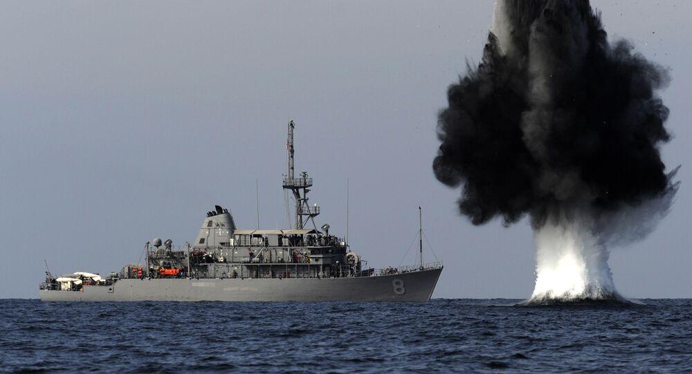 Manobras navais do navio americano USS Scout no estreito de Ormuz