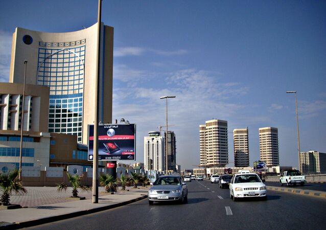 Torres de escritório e hotel ao longo de Shari 'al Corniche, Trípoli, Líbia.